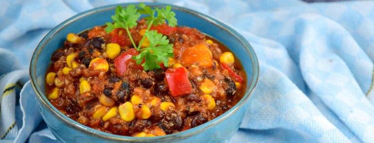 Eenpansgerecht: Vegan chili met chipotle, zwarte bonen en quinoa