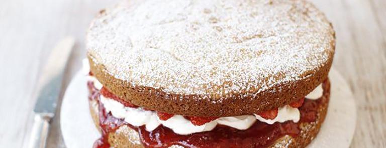 Egg-free victoria sponge with strawberries and cream