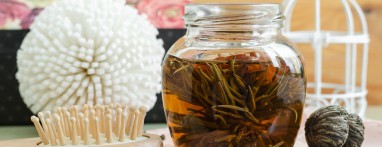 How to Make a Tea Hair Rinse and the Benefits