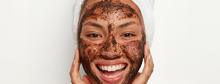 woman using a coffee face scrub to make her pores smaller