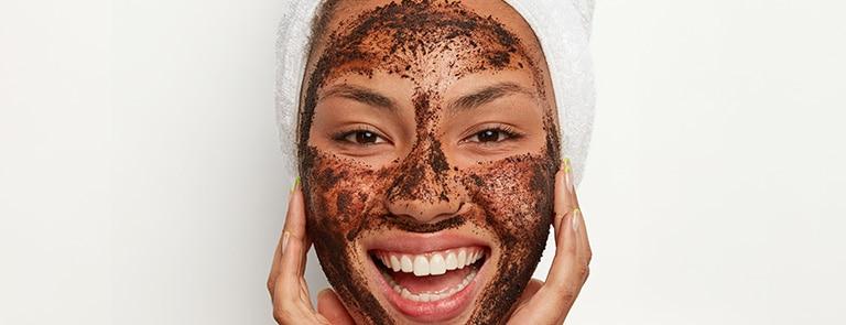 woman using a coffee face scrub to make her pores smaller